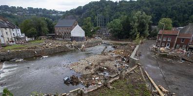 Schutt und Trümmer liegen am Ufer der Vesdre (Vesder-Weser) im belgischen Pepinster. Foto: Nicolas Maeterlinck/BELGA/dpa