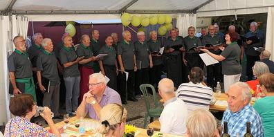 Der Männerchor Au-Berneck unterbrach seine gastronomische Tätigkeit immer wieder für Gesangseinlagen