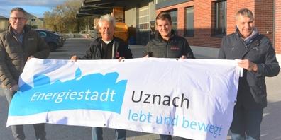 Gemeindepräsident Diego Forrer (l.) und EWU-Geschäftsführer Stephan Steiner (r.) gratulieren dem Geschäftsführer Bruno Bachmann von der B. Bachmann Bau GmbH zur 100. PV-Anlage in Uznach.