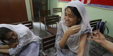 Eine Schülerin wirde in einer Schule mit einer Dosis des Corona-Impfstoffs von Pfizer geimpft. In Pakistan sind seit Beginn der Impfkampagne im Februar 100 Millionen Corona-Impfdosen verabreicht worden. Dies teilte das Gesundheitsministerium am Sa...