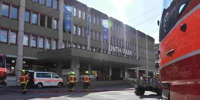 Beim Brand in dem Einkaufszentrum entstand starker Rauch. Verletzt wurde niemand.