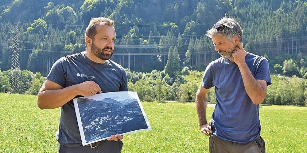 Matthias Zubler (links) ging auf die Geschichte des Waldes ein.  Das Bild zeigt Schiers um 1900, vom Rosenberg aus aufgenommen.