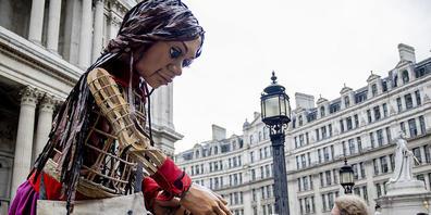 Die Riesenpuppe «Little Amal», die ein geflüchtetes syrisches Mädchen symbolisieren soll, kommt an der St. Paul's Cathedral in London an. Die Puppe befindet sich auf einer 8000 km Reise von Syrien bis nach Großbritannien, um auf die Probleme von g...