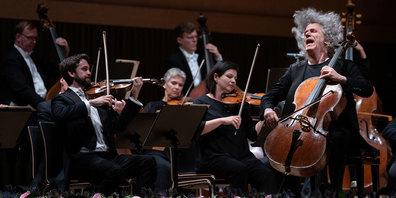 Der britische Cellist Steven Isserlis mit der Deutschen Kammerphilharmonie Bremen.