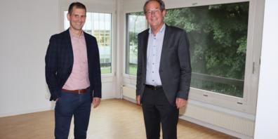 Marco Thoma (l.), Leiter Verwaltung Berufs- und Weiterbildungszentrum Buchs, zusammen mit RhySearch-Verwaltungsratspräsident Werner Krüsi in den Räumlichkeiten, welche das Forschungs- und Innovationszentrum bald beziehen wird.