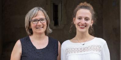 Die preisgekrönte Kanti-Schülerin Valentina Kopp (rechts) mit Lehrerin Martina Büttiker.