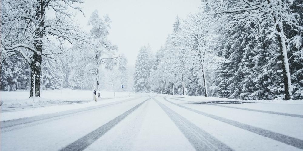 Auf geschlossener Schneefahrbahn nur mit geeigneten Winterreifen (Symbolbild: kapo.sg.ch)