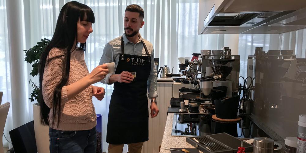 Ramona Bonbizin auf dem Weg zum perfekten Kaffee.