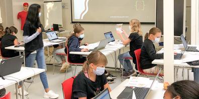 Der Coding Club for Girls in Schaffhausen soll das Interesse der jungen Mädchen für IT-Bereiche zu wecken und ihre digitalen Fähigkeiten fördern.