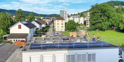 Die Photovoltaik-Anlage auf dem Dach der Birkenstrasse 22 entsteht. Für die Umnutzung der Liegen- schaft ins Jugendkulturzentrum startet das Baubewilligungsverfahren. Und nach den Sommerferien  gehts los mit der Umgestaltung der Parkanlage Birkenstrasse /Widenweg im Bildhintergrund.