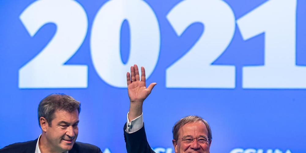 dpatopbilder - CSU-Parteivorsitzender Markus Söder(l) und Unions-Kanzlerkandidat und CDU-Vorsitzender Armin Laschet stehen beim Parteitag der CSU gemeinsam auf der Bühne. Rund zwei Wochen vor der Bundestagswahl in Deutschland hat die Christdemokra...