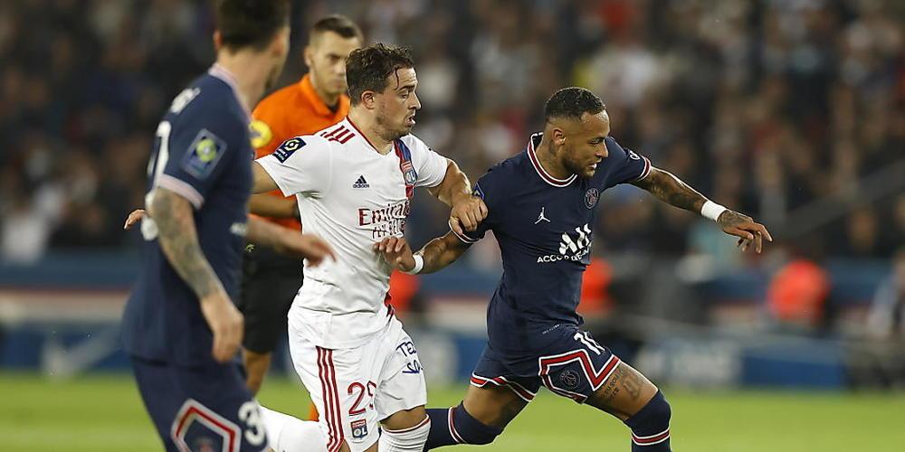 Xherdan Shaqiri (in Weiss) im Laufduell mit PSG-Superstar Neymar