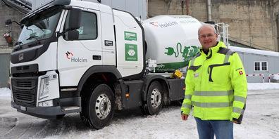 Michael Krüsi von der Holcim Schweiz mit dem neuen Elektro-Betonfahrmischer