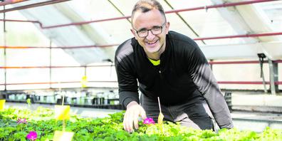 Joel Blatter schaut, dass es den Pflanzen gut geht und sie bestens gedeihen.