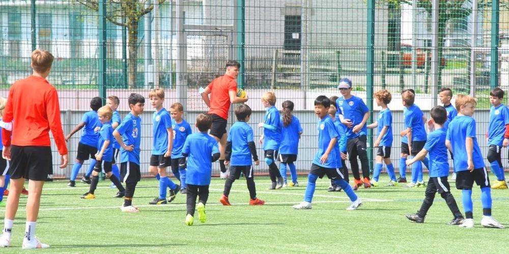 Erfahrene Aktiv-Spieler werden die Trainings während des fünftägigen Kinder-Camps auf dem Joner Grünfeld leiten.