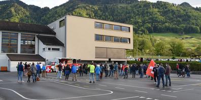 Niederlage für die Schwyzer Corona-Massnahmen-Gegner (im Bild Teilnehmer eines Informationsanlasses in Reichenburg): Das Bundesgericht hat Beschwerden bezüglich der Versammlungsbeschränkungen abgewiesen.
