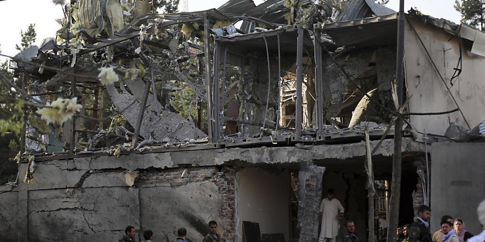 Angesichts der Gebietseroberungen der Taliban ersucht Afghanistan die Schweiz, Rückschaffungen vorläufig auszusetzen. Im Bild das am Mittwoch zerstörte Haus des Verteidigungsministers in Kabul.