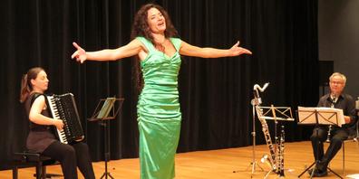 Sopranistin Stephanie Ritz (m.) mit Ines Callejas (l.) am Akkordeon und Urs Bamert an der Klarinette