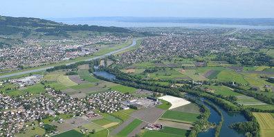 Die 150 Jahre alten Dämme des Alpenrheins zwischen Liechtenstein und der Schweiz müssen saniert werden (Bild: Agglomeration-Rheintal.ch)