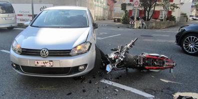 Der Motorradfahrer verletzte sich bei der Kollision am Handgelenk. Es entstand auch Sachschaden.