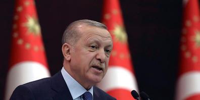 ARCHIV - Recep Tayyip Erdogan, Präsident der Türkei, spricht bei einer Pressekonferenz. Im Streit um die Inhaftierung des Kulturförderers Osman Kavala hat die Türkei hat die Botschafter Deutschlands, der USA und mehrerer anderer Staaten zu unerwün...