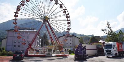 Das Riesenrad dreht sich dieses Jahr wieder: Seit Anfang Woche werden die Bahnen für den «Siebner Märt Light» aufgestellt.
