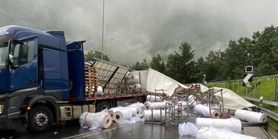 23 Tonnen Plastikrollen rutschten von der Ladefläche des Sattelschleppers. Sie blockierten die Gegenfahrbahn auf der San-Bernardino-Autostrasse.
