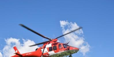 Der verletzte Gleitschirmpilot wurde von einem Rega-Helikopter ins Kantonsspital nach Chur geflogen. (Symbolbild)