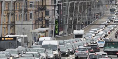 Fast drei Viertel der Verkehrsmittel in der Schweiz sind private Personenwagen. Ihre Anzahl hat sich in den letzten 40 Jahren verdoppelt. Trotzdem gibt es fünf Mal weniger Tote im Strassenverkehr als 1980 (Archivbild).