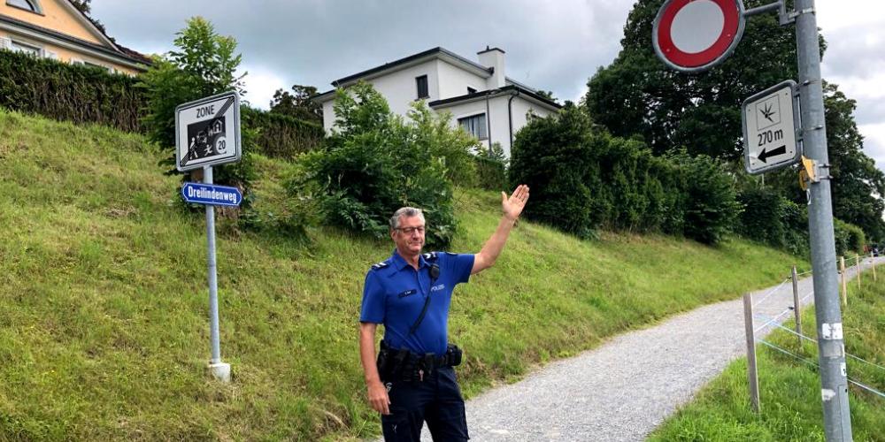 Quartierpolizist Christoph Graf auf dem Dreilindenweg.