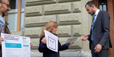 Maja Balmer (Mitte) übergibt der Bundeskanzlei ihre Petition mit über 260'000 Unterschriften.