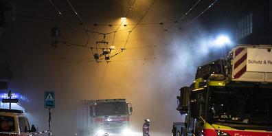 Ein Feuerwehrmann lauft durch den dichten Rauch in der Zürcher Langstrasse. Erst am späten Abend war das Feuer unter Kontrolle.