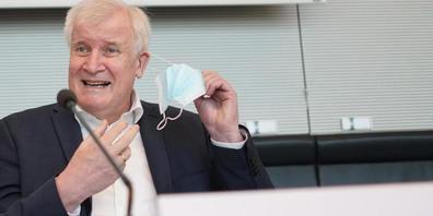 Horst Seehofer (CSU), Bundesinnenminister, kommt zur Sitzung des Bundestags-Innenausschusses. Nach der verheerenden Unwetterkatastrophe in Westdeutschland soll der deutsche Katastrophenschutz verbessert werden. Seehofer sprach sich gegen eine zent...