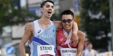 Freuen sich füreinander: Olympiasieger Massimo Stano und der drittklassierte Japaner Toshikazu Yamanishi