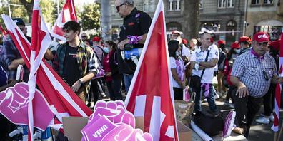 Die Demonstrationsteilnehmenden versammeln sich vor dem Umzug zum Bundesplatz.