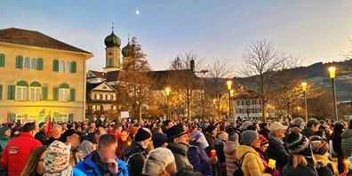 Das «Aktionsbündnis Urkantone für eine vernünftige Corona-Politik» lud am Samstagnachmittag zu einer Kundgebung in Lachen. Über 1000 Menschen fanden sich auf dem Joachim-Raff-Platz ein.