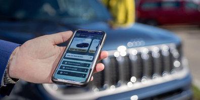 Mit dem Smartphone kann das Mietfahrzeug von Enterprise Schweiz geöffnet werden, ab welchem man direkt vom Bahnhof losfahren kann.