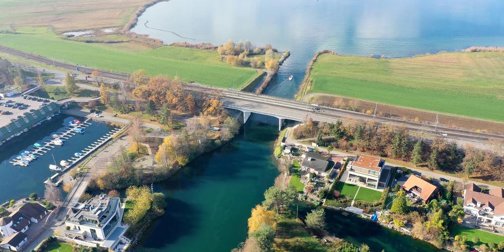 Beim Durchstich treten aktuell auch vermehrt Cyanobakterien, sogenannte Blaualgen, auf. Die Gemeinde Freienbach hat Hinweistafeln angebracht.