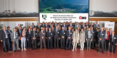 Gruppenfoto mit allen Teilnehmern des Besuchs des Grossen Rates und der Regierung des Kantons Graubünden.