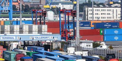 Lieferengpässe und steigende Kosten belasten die Stimmung der europäischen Unternehmen - im Bild der Hamburger Hafen. (Archivbild)