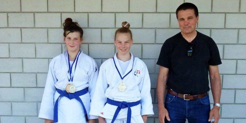 Die Gommiswalder Judokas: Sandra Kühne (l.), Sarina Kaufmann und Trainer Romano Bonzani.