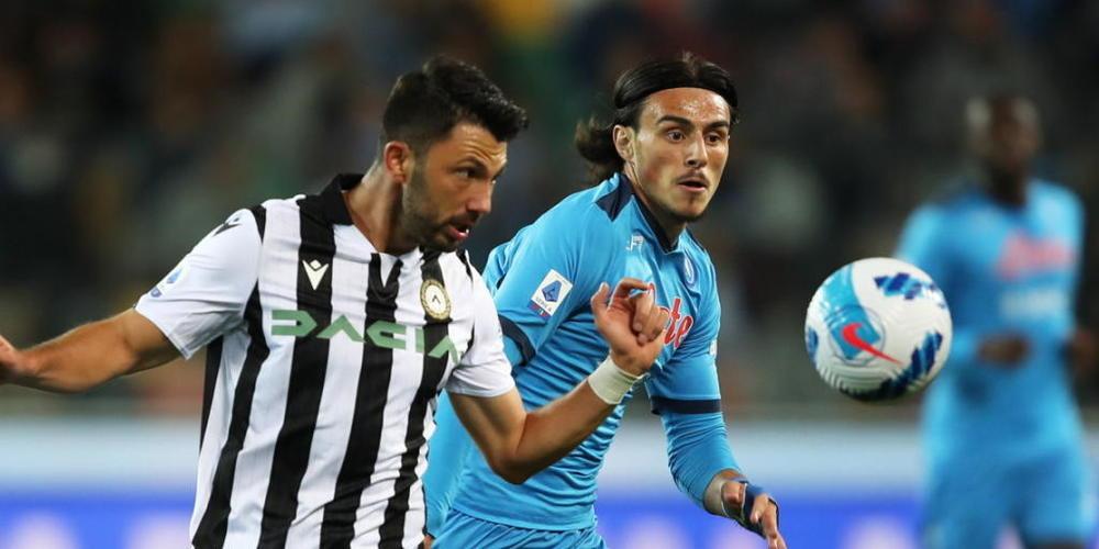 Udineses Tolgay Arslan (links) gegen Napolis Eljif Elmas