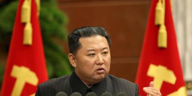 HANDOUT - Dieses von der staatlichen nordkoreanischen Nachrichtenagentur zur Verfügung gestellte Foto zeigt Kim Jong Un, Machthaber von Nordkorea. Foto: -/KCNA/dpa - ACHTUNG: Nur zur redaktionellen Verwendung im Zusammenhang mit der aktuellen Beri...