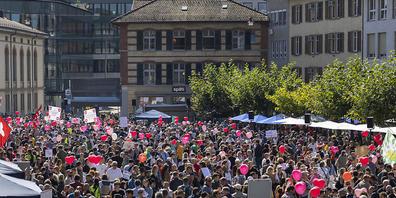 Die Gegnerinnen und Gegner der Massnahmen zur Eindämmung des Coronavirus bei der Kundgebung auf dem Neumarkt in Winterthur.