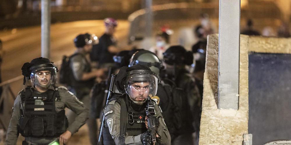 Israelische Sicherheitskräfte während Zusammenstößen mit Demonstranten in Jerusalems Altstadt. Foto: Ilia Yefimovich/dpa
