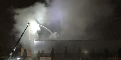 Dicke Rauchschwaden drangen aus dem brennenden Gebäude einer Recyclingfirma in Glattbrugg ZH.
