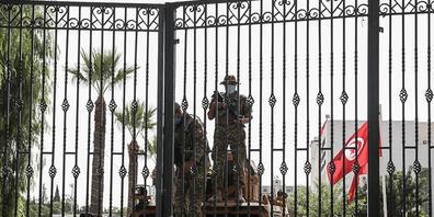 Soldaten der tunesischen Armee bewachen den Eingang des Parlamentsgebäudes während einer Demonstration einen Tag nachdem der tunesische Präsident Saied den Premierminister Hichem Mechichi abgesetzt hat. Die Arbeit des Parlaments ist zunächst für 3...
