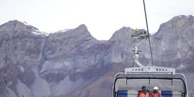 """Ein Skifahrer und ein Snowboarder auf dem Sessellift """"Ice Flyer"""" im Titlis-Gebiet im Kanton Obwalden. (Archivbild)"""
