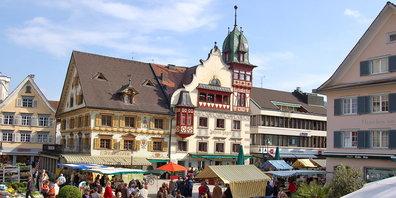 In Dornbirns Innenstadt können die Konsumenten jetzt wieder in die Geschäfte (Bild: vorarlberg.travel)