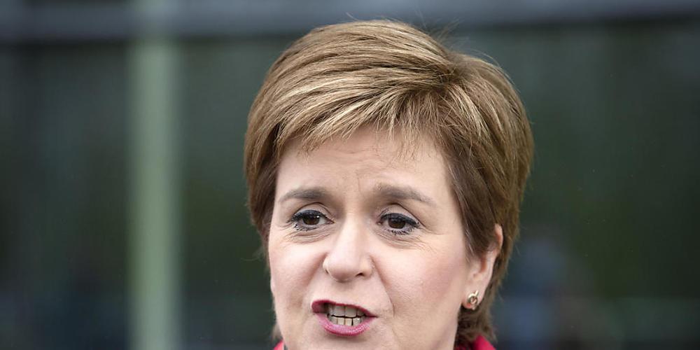 Nicola Sturgeon, Erste Ministerin von Schottland und Vorsitzende der Schottischen Nationalpartei (SNP), spricht nach der Wahl zum Regionalparlament in Schottland vor der Emirates Arena. Foto: Jane Barlow/PA Wire/dpa